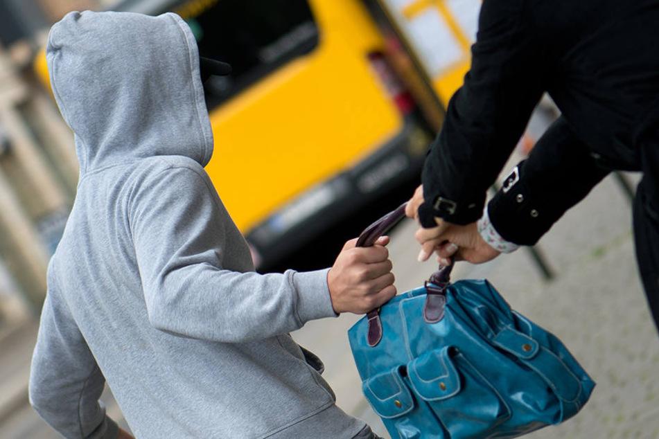 Die beiden Täter rissen die Frau bei dem Überfall um und entkamen mit ihren Wertsachen (Symbolfoto).