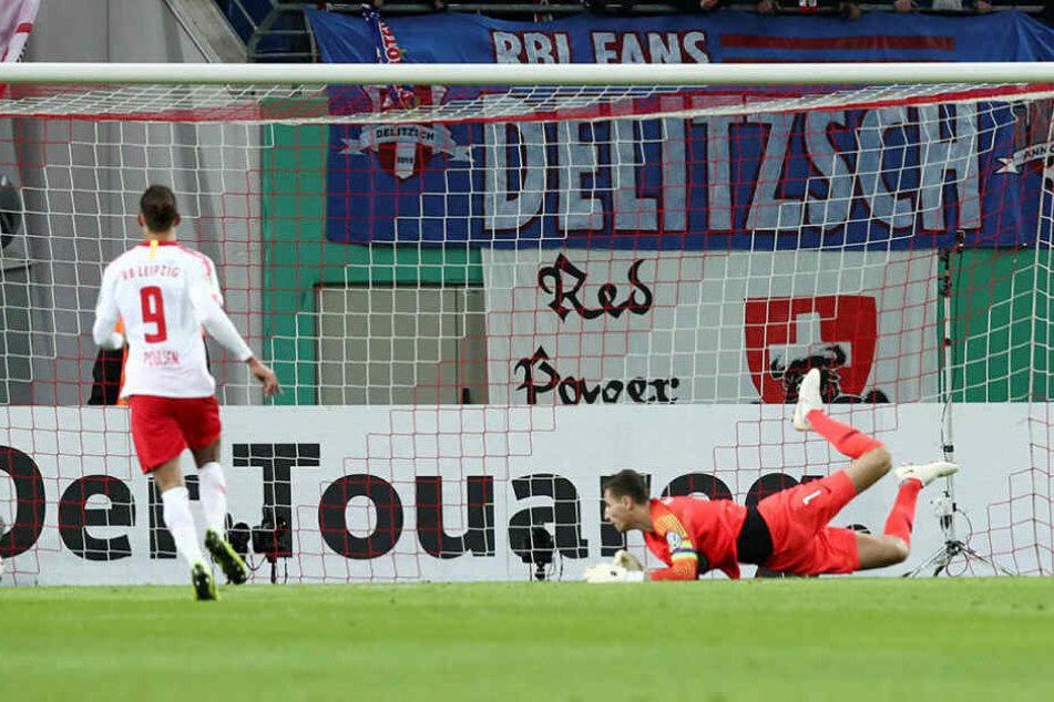 Das 1:0: Matheus Cunha (nicht im Bild) schiebt den Ball links an Wölfe-Torwart Koen Casteels (r.) vorbei ins Tor.