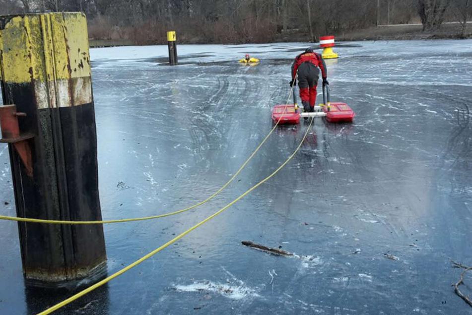 Feuerwehrmänner wagen sich mit Rettungsgerät aufs Eis. (Symbolbild)