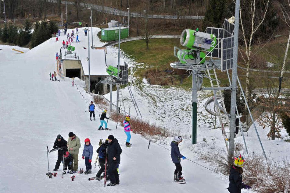 Man muss immer auf der präparierten Piste bleiben. Kommt man von der ab, steht man mit den Skiern in der Wiese.
