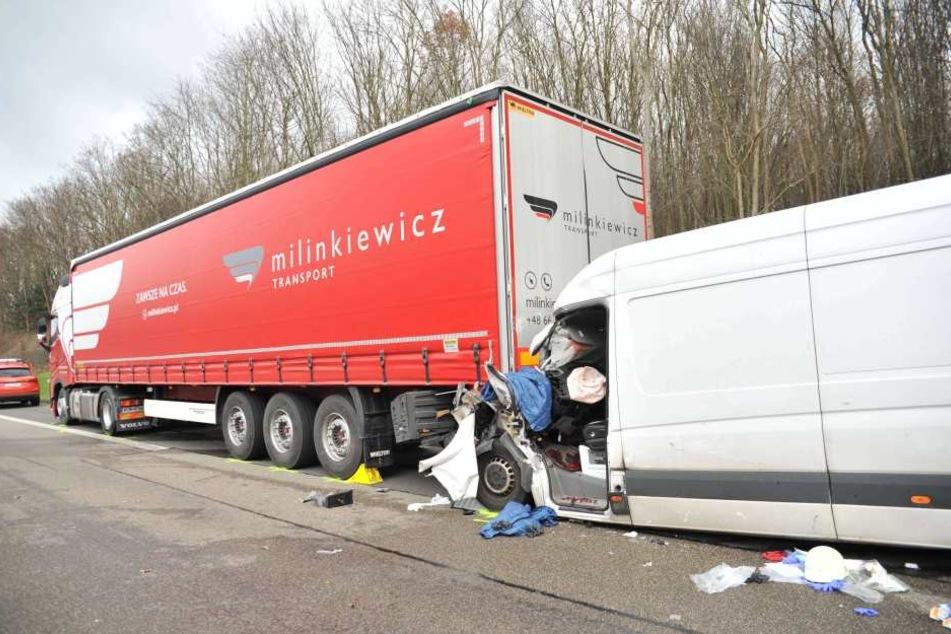 Der Fahrer des Transporters wurde lebensgefährlich verletzt.