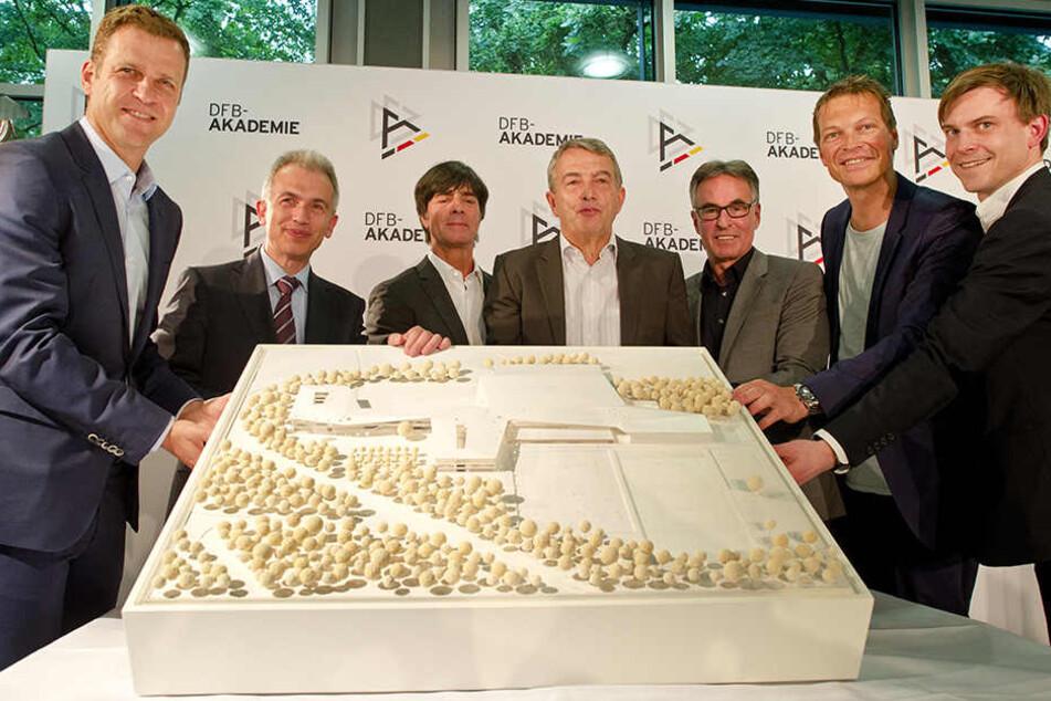 Oliver Bierhoff (links) präsentiert das Modell der geplanten DFB-Akademie (Archivbild).