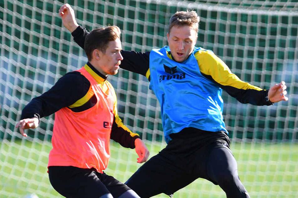 Jannik Müller in einem Trainings-Zweikampf mit Kapitän Marco Hartmann (rechts).