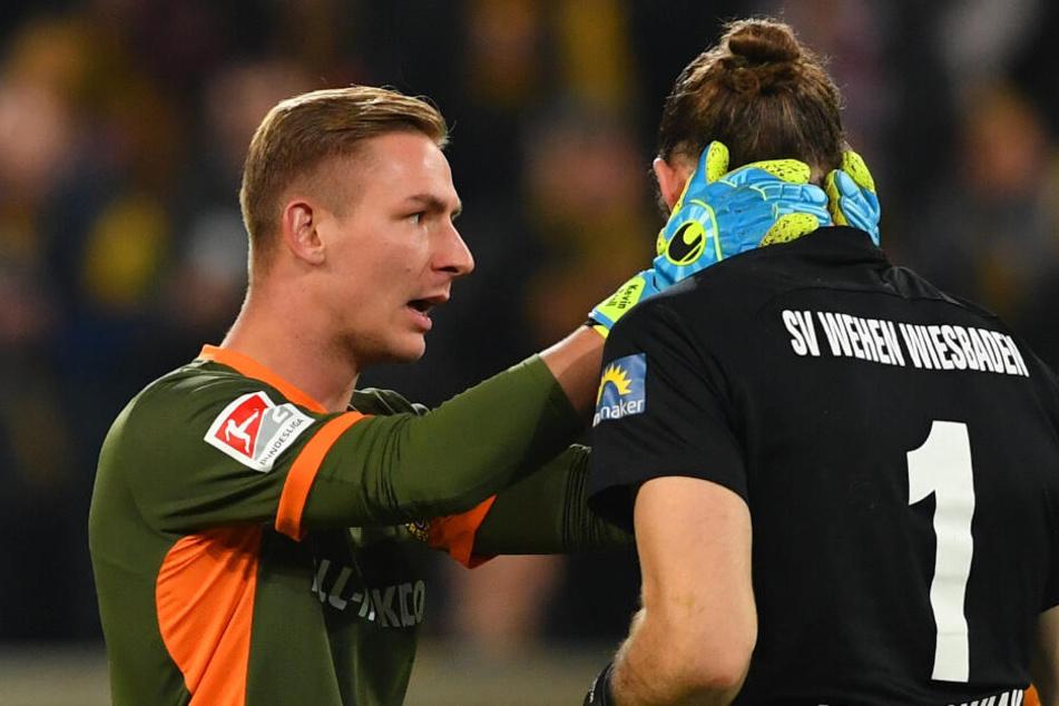 Sofort nach dem Böllerwurf erkundigte sich Dynamos Schlussmann Kevin Broll (l.) nach dem Befinden seines Wiesbadener Kollegens Lukas Watkowiak.