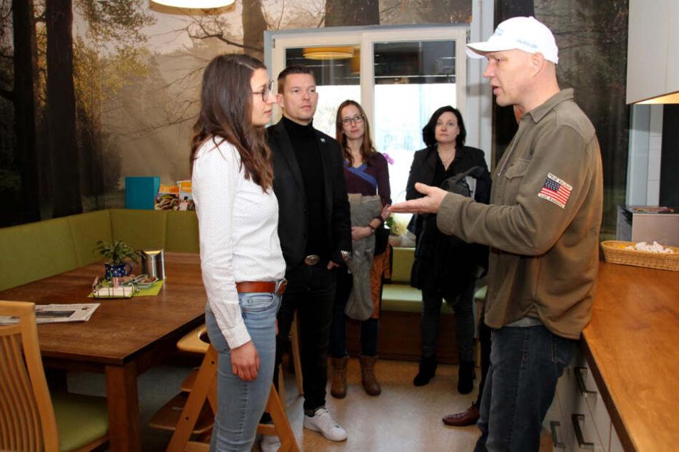 Axel Schulz ließ sich die gesamte Einrichtung zeigen. Auch die Küche sah er sich an.