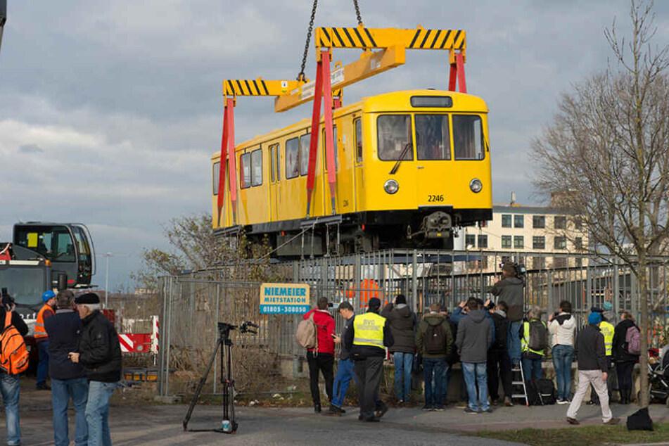 Mit einem Kran wird eine U-Bahn vom Typ DL in den Tunnel der Linie U55 gehoben.