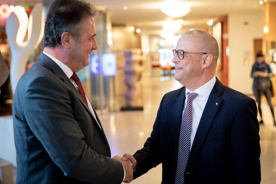 GDL-Chef Claus Weselsky (59, li.) und Bahn-Personalvorstand Martin Seiler (54) begrüßen sich vor der Verhandlungsrunde.