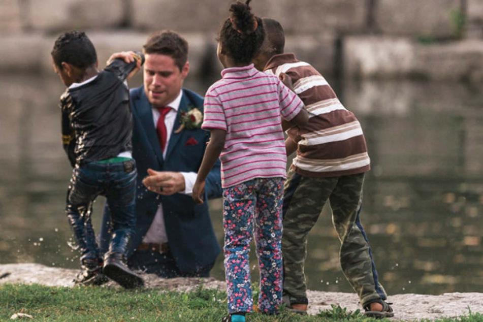 Auf seiner Hochzeit stürzte sich Clayton Cook ins Wasser, um einen kleinen Jungen zu retten.