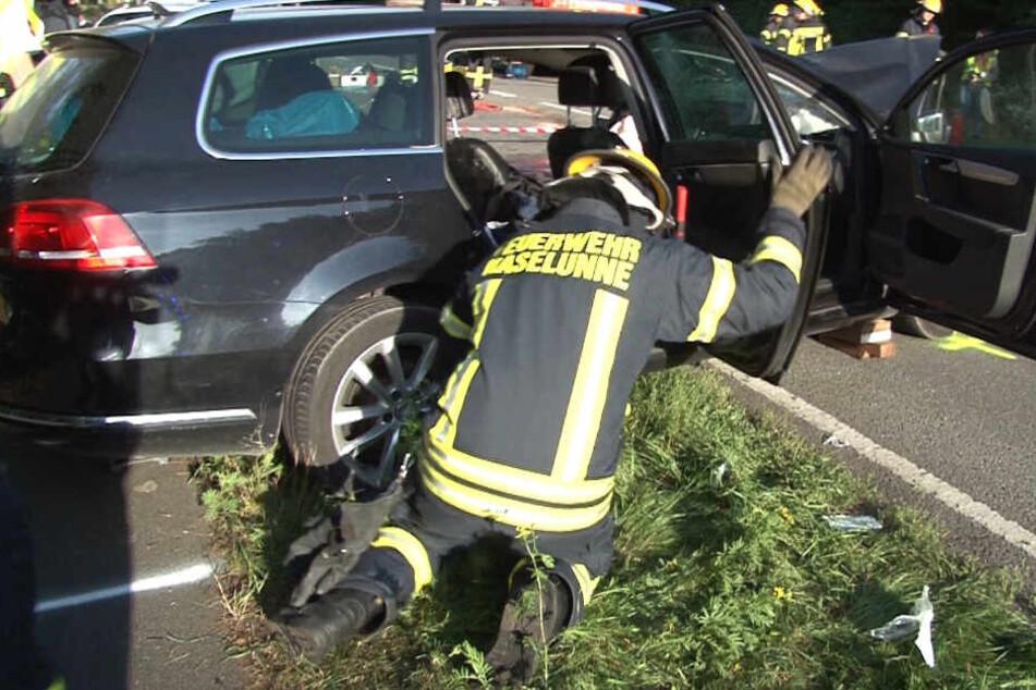 Ein Feuerwehrmann untersucht das Unfallfahrzeug.