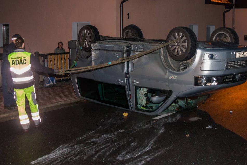 Der VW-Bus ist in der August-Bebel-Straße auf dem Dach liegen geblieben.