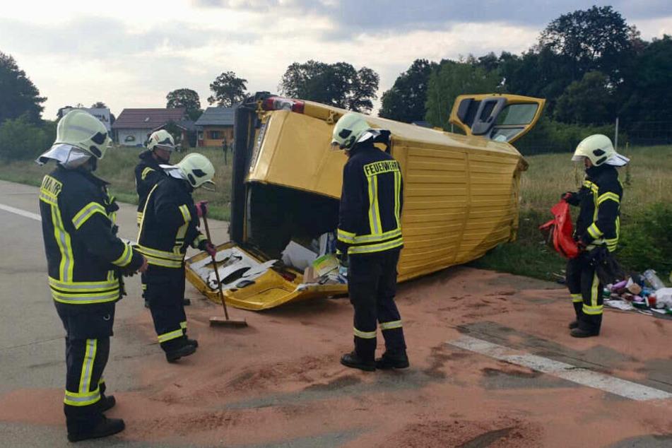 Feuerwehrleute bei den Räumungsarbeiten.
