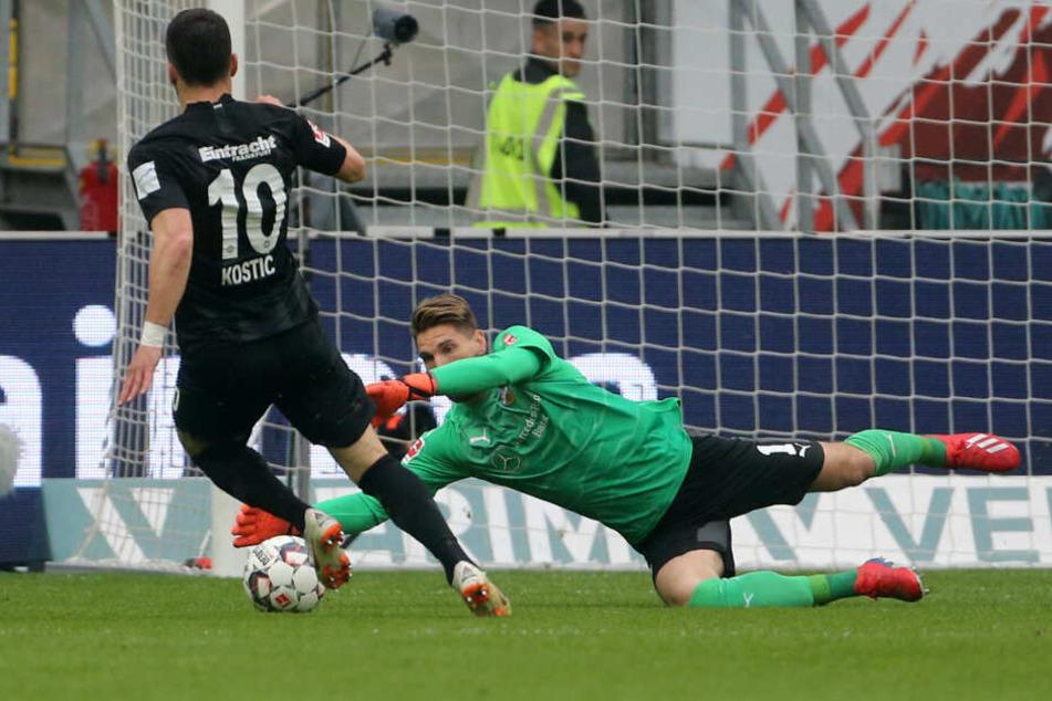 Das war knapp! VfB-Keeper Ron-Robert Zieler (am Boden) ist einen Tick schneller als Eintracht-Flügelflitzer Filip Kostic am Ball.