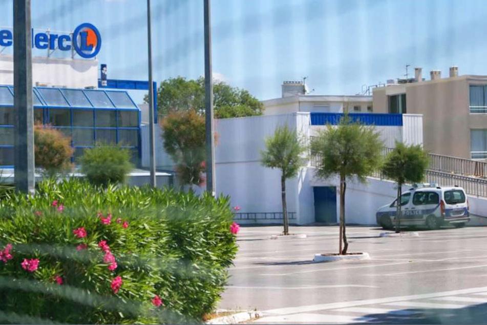 Ein Frau, bewaffnet mit einem Teppichmesser, hat am Sonntag in einem Supermarkt in Südfrankreich zwei Menschen verletzt.