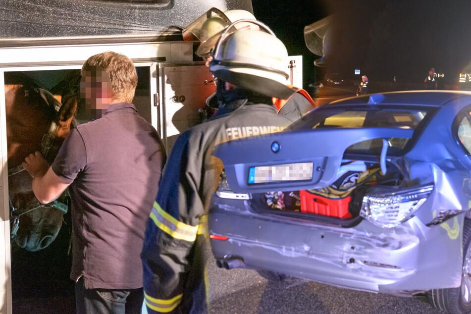 Pferdeanhänger löst sich auf Autobahn: Zwei Menschen verletzt