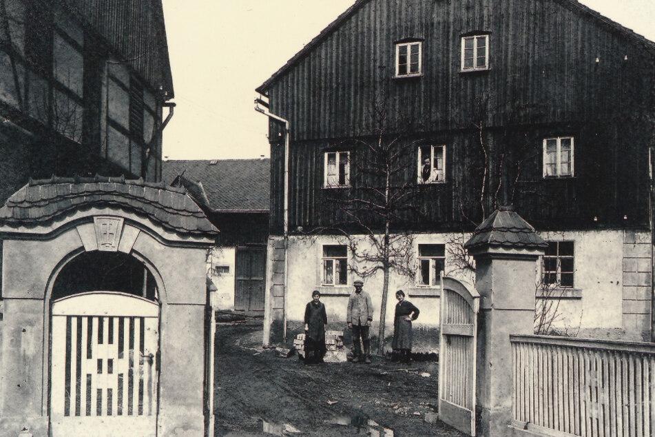 Blick auf den historischen Hofeingang.