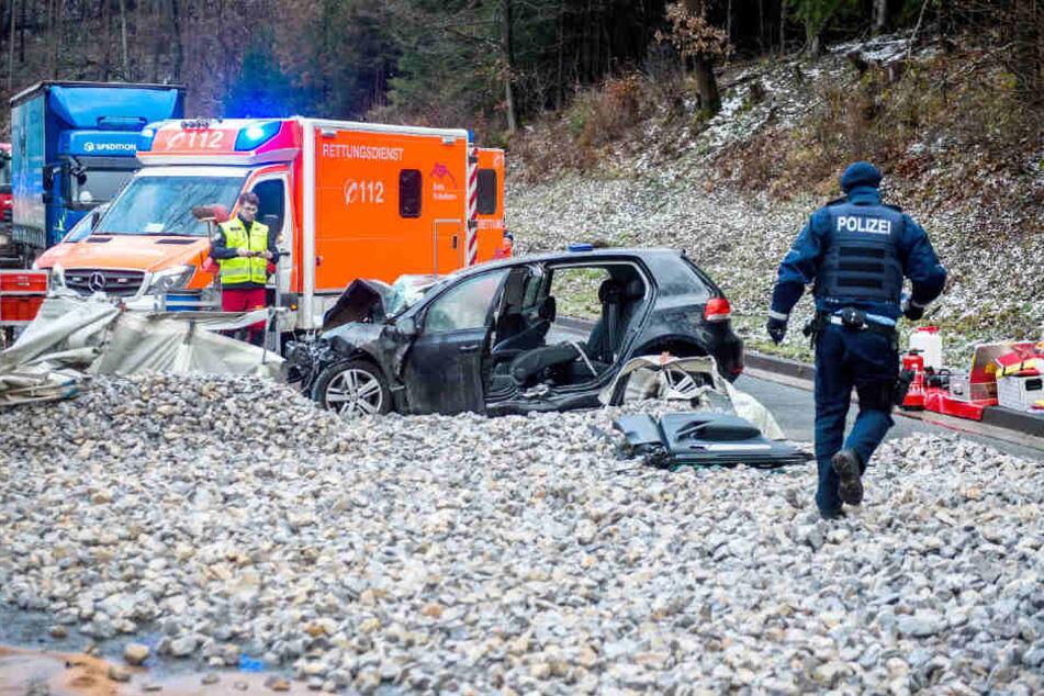 Ein Auto steht steht nach einem Unfall mit einem Kieslaster auf einer Landstraße in Rüthen im Kreis Soest.