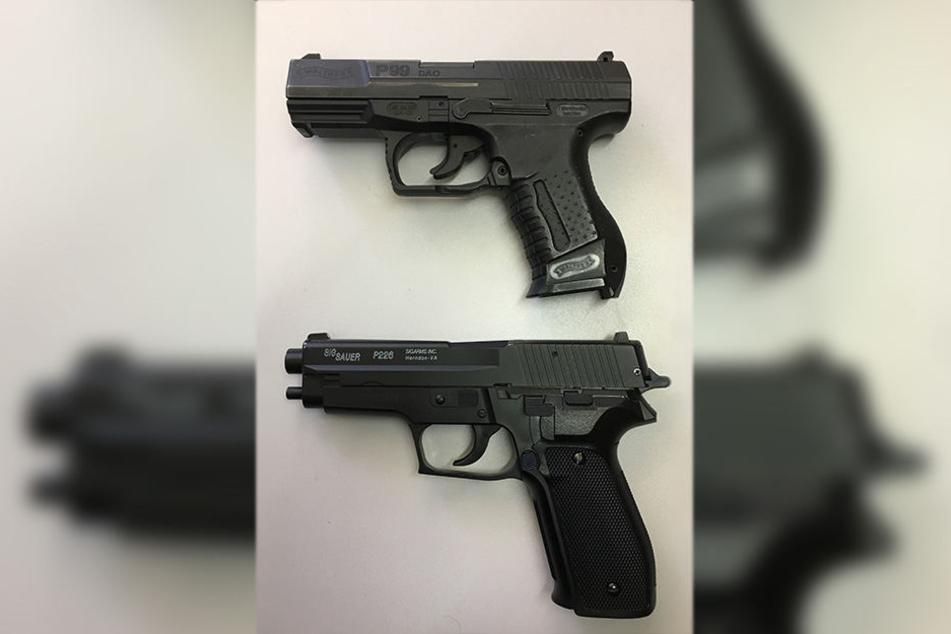 Zum Vergleich: die Anscheinswaffe (unten) und eine Dienstpistole der Polizei (oben).
