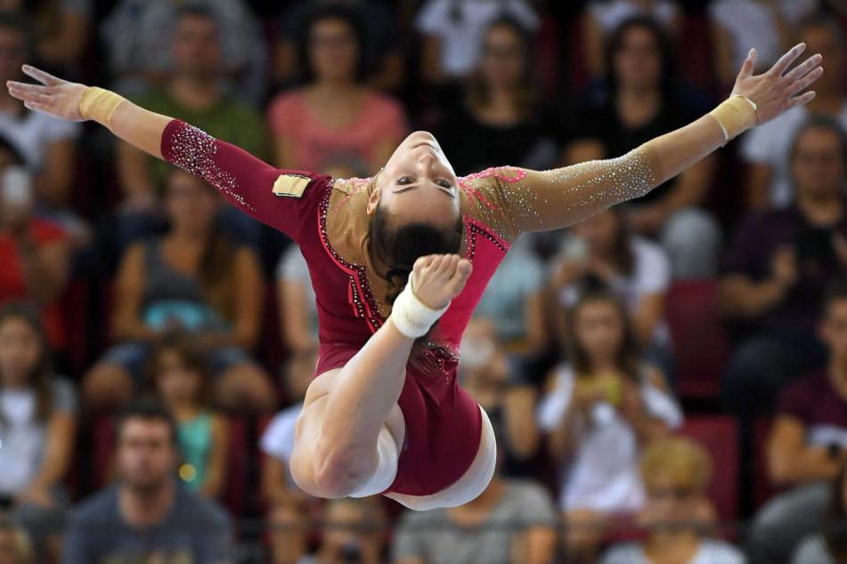 Pauline Schäfer musste den Wettkampf nach einem Sturz am Boden aufgeben.