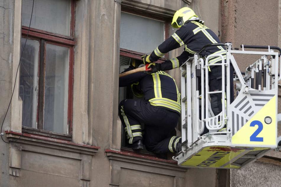 Die Feuerwehr entfernte kaputte Scheiben, um ein Herabstürzen zu vermeiden.