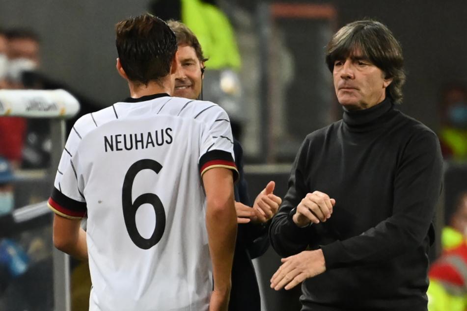 Florian Neuhaus (Trikotnummer 6) im Gespräch mit Bundestrainer Joachim Löw (rechts) und Co-Trainer Marcus Sorg.