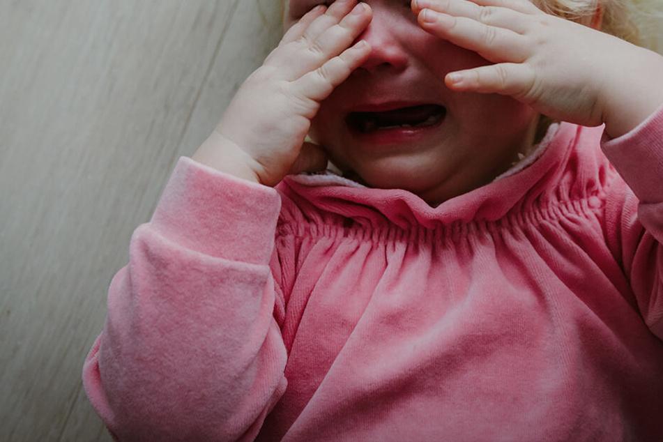 Die Eltern gaben ihre Tochter in die Obhut eines Nachbarn, der das Mädchen sexuell missbrauchte. (Symbolbild)