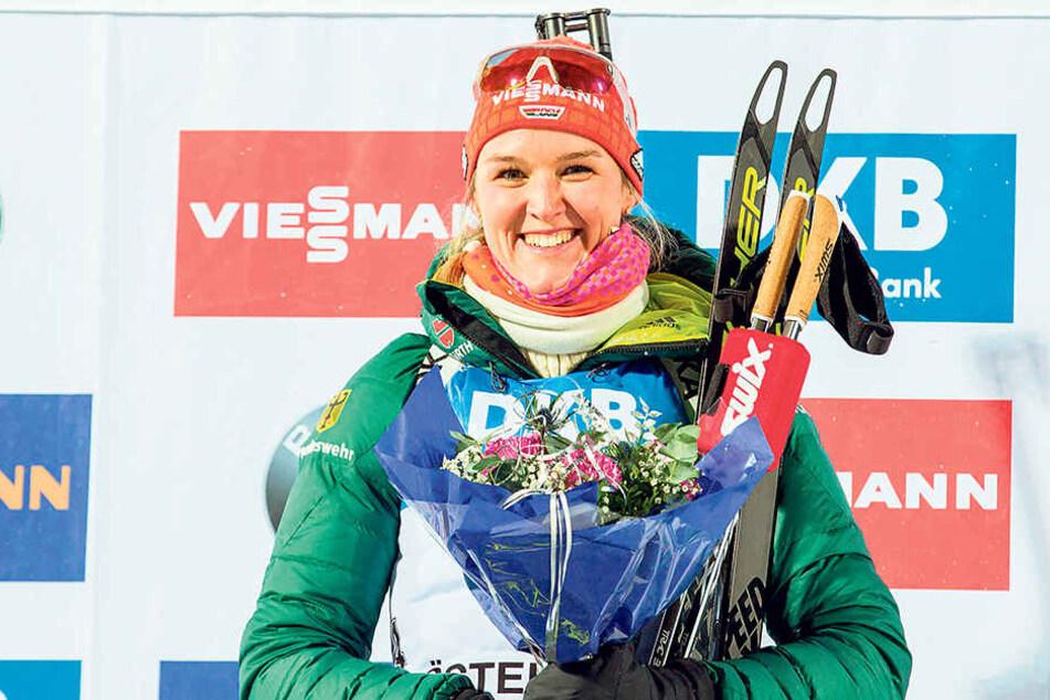 Blümchen für die Siegerin: Denise Herrmann konnte es sichtlich kaum fassen. Freitag sprintete die Oberwiesenthalerin in Östersund zu Platz 1.