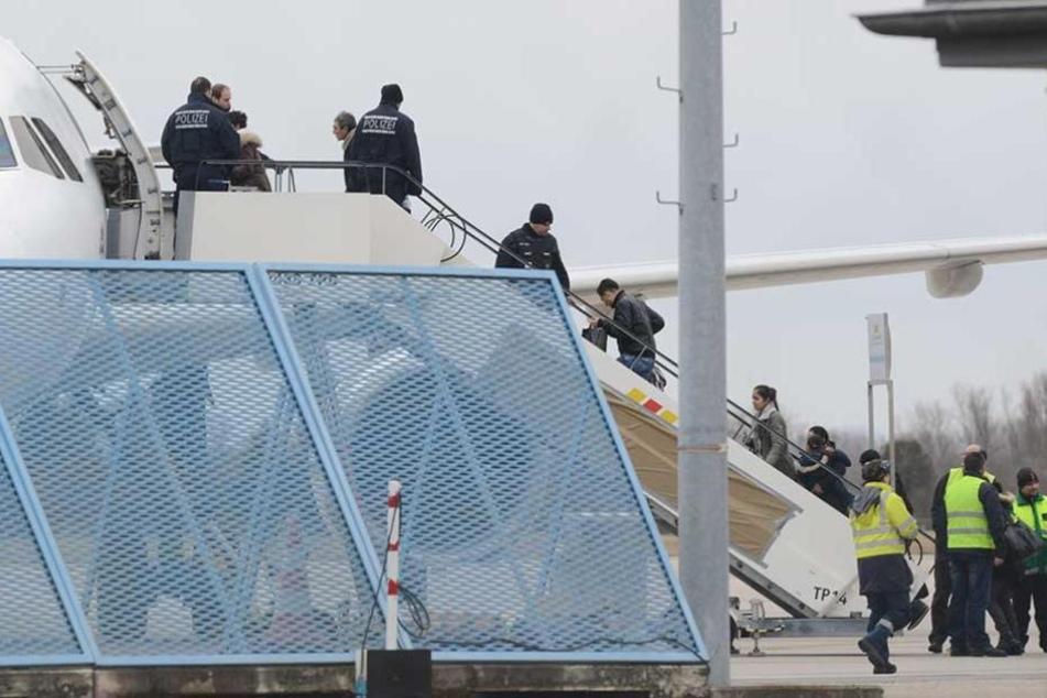 Eine Sammelabschiebung von Flüchtlingen. Werden sie aber einzeln in normalen Flügen abgeschoben, weigern sich die Piloten oft, sie mitzunehmen.