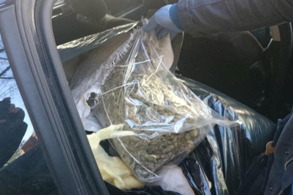 Ein Polizei zeigt einen sichergestellten Beutel mit kiloweise Marihuana.