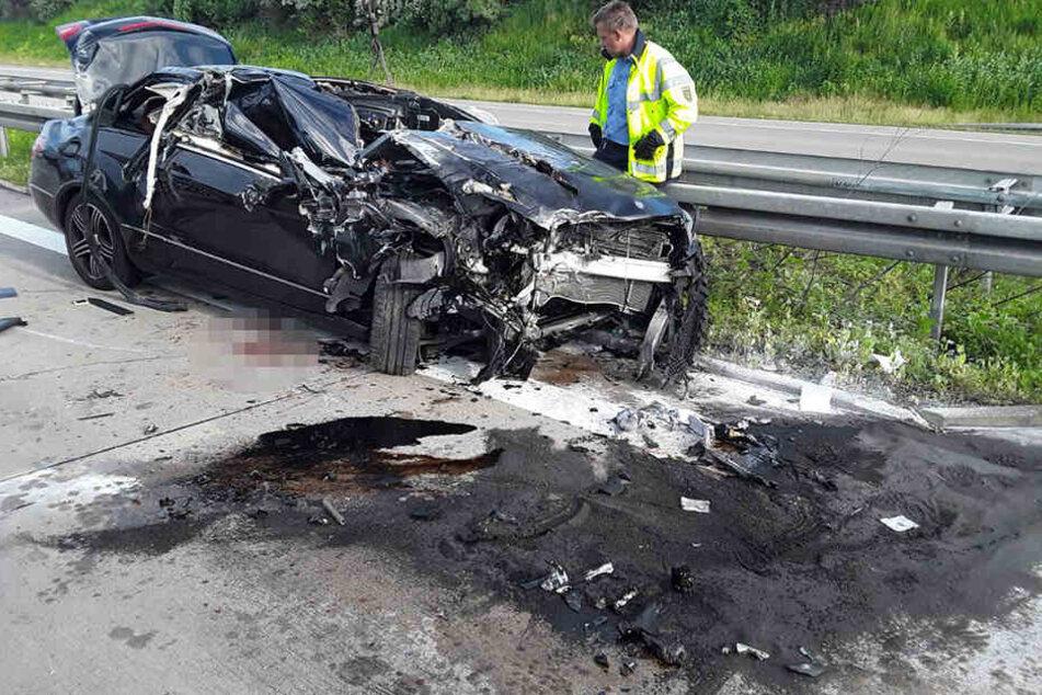 Der Mercedes erlitt Totalschaden.
