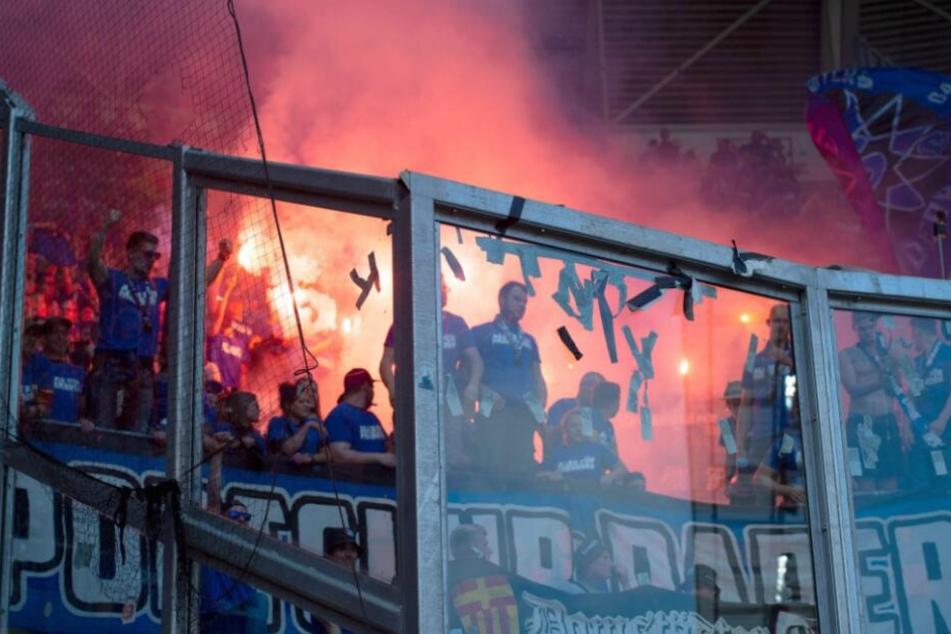 Nach dem Spiel gegen Dynamo Dresden brannten die Fans Pyro-Feuer ab.
