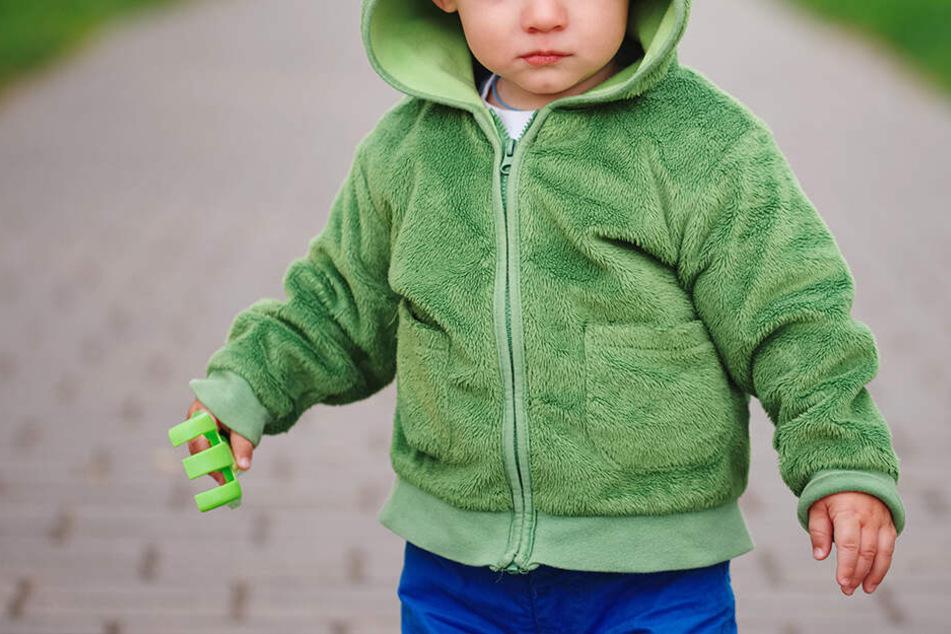 Mutter betrunken! Zweijähriger irrt einsam durch Park und zieht seinen Kinderwagen hinter sich her