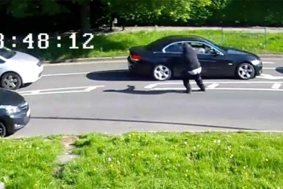 In dieser Szene schießt der Angreifer auf die BMW-Faherin.