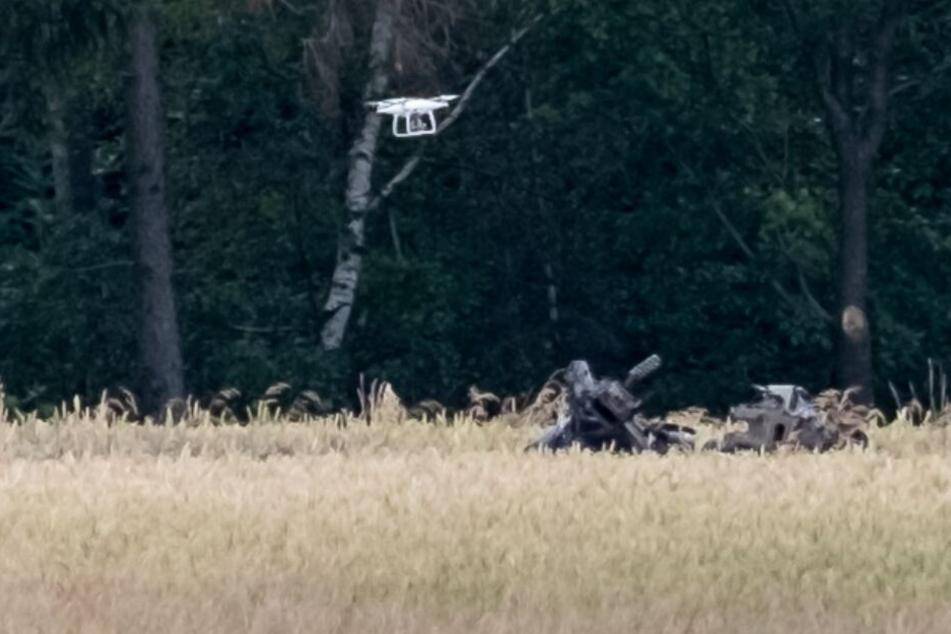 Eine Drohne fliegt über die Absturzstelle des Hubschraubers.