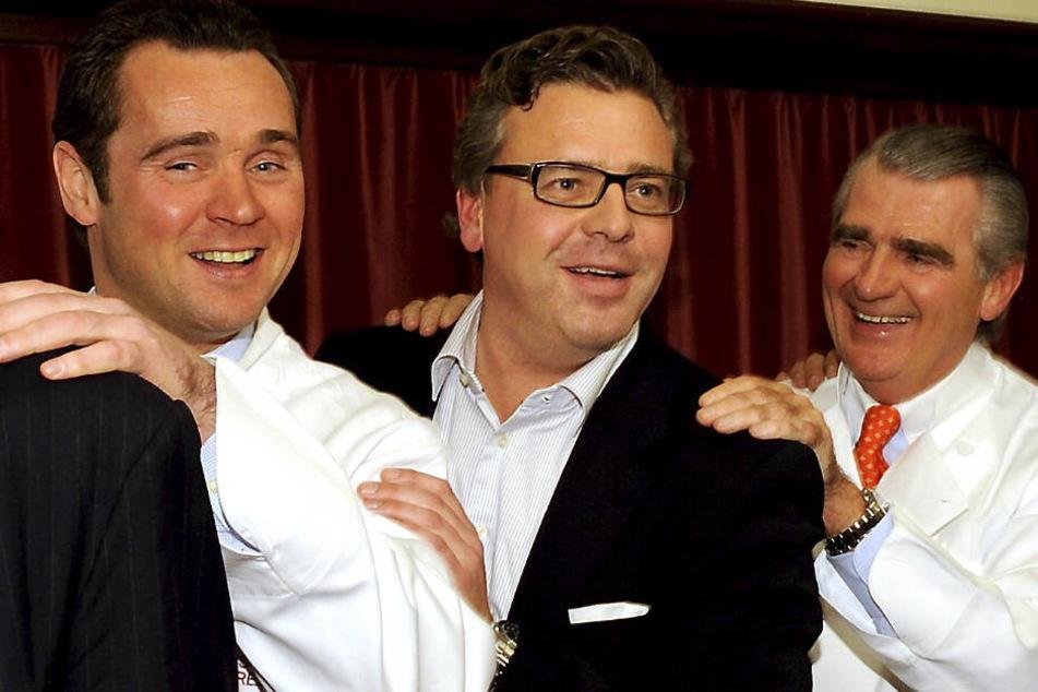 Gastronom Dirk Kowalke, Thomas Collien (St. Pauli-Theater) und Gastronom Rüdiger Kowalke posieren im Hansa-Varieté-Theater für die Fotografen.
