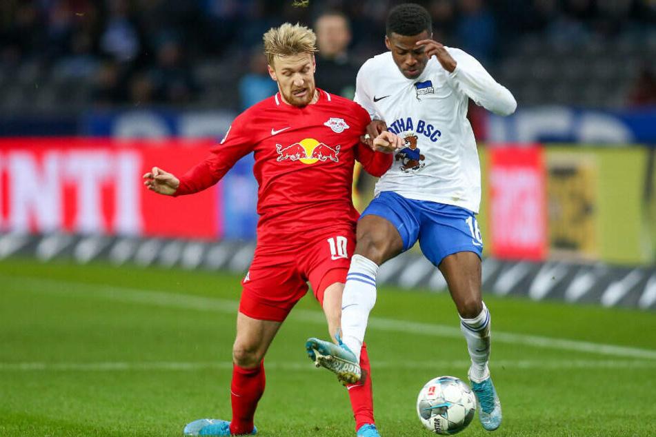 Emil Forsberg (l) und Javairo Dilrosun (r) kämpfen um den Ball.