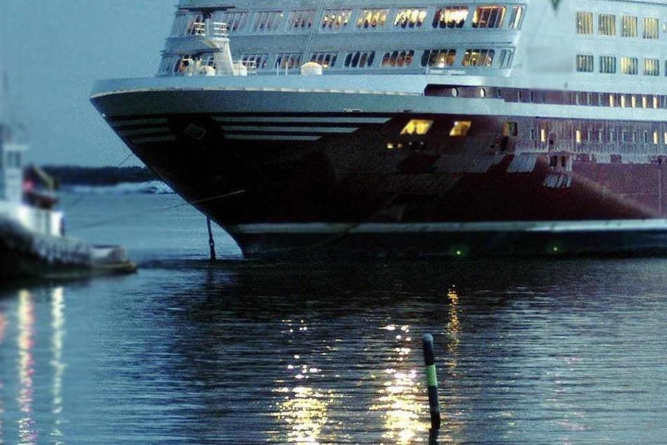 Ein Iraker durfte Freitagabend an Bord einer Fähre zum griechischen Festland nach Piräus fahren - jedoch mit blindem Passagier im Koffer..