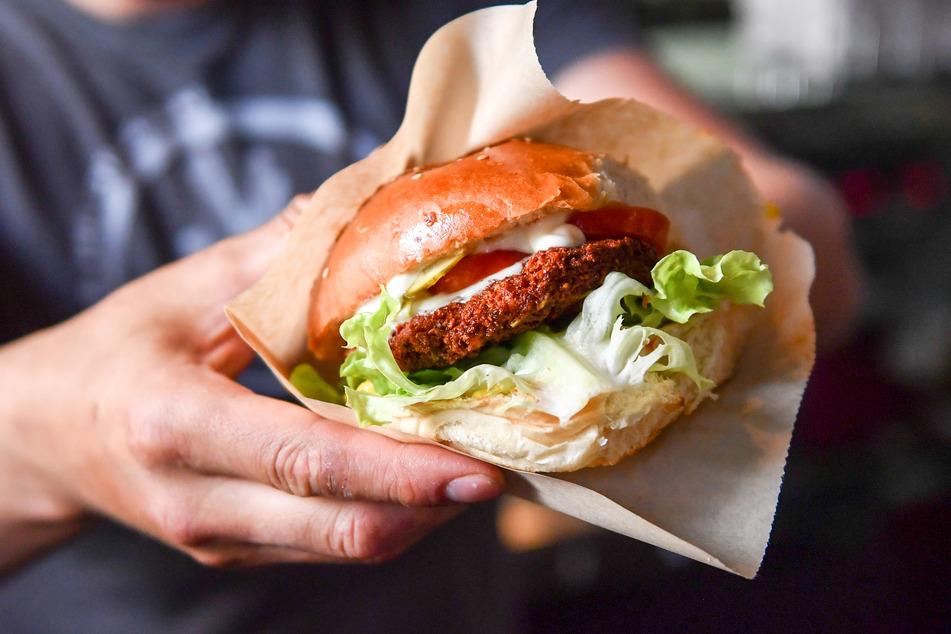 Wenn Nagetiere in einem Burger stecken, vergeht der Appetit natürlich recht schnell. (Symbolbild)