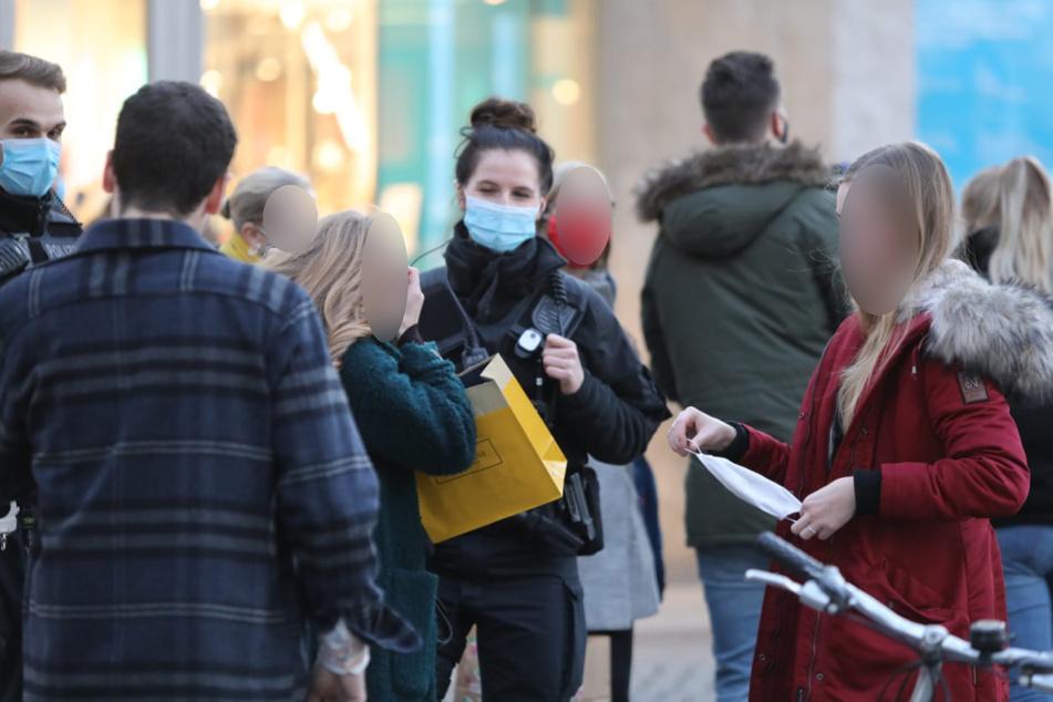 Die Passanten wurden aufgefordert, ihre Masken aufzusetzen.