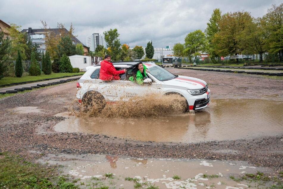 Ab durch die Pfütze: Dorothea Kriegl (34) und Christian Kühn (38) lassen das Wasser auf dem Übungsplatz spritzen.