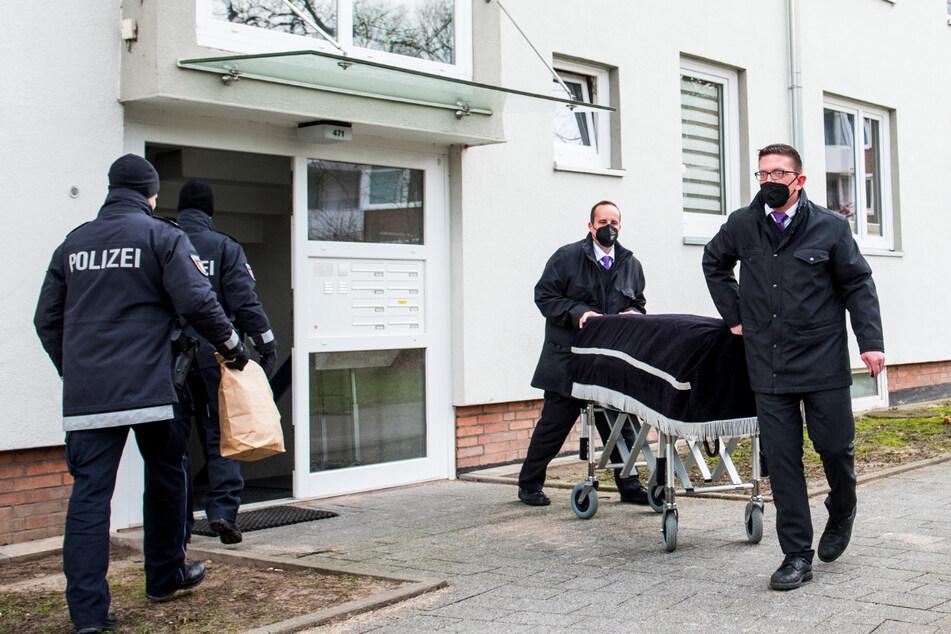 Bestatter transportieren im Stadtteil Bramfeld einen Sarg aus der Wohnung des 29-Jährigen ab.