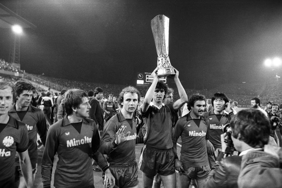 In der Saison 1979/80 gewann Hölzenbein (4.v.l.) den UEFA-Cup mit Eintracht Frankfurt. (Archivbild)
