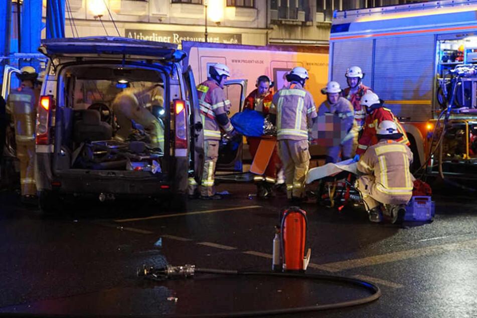 Die Rettungskräfte schnitten den Mann aus seinem Auto und versorgten in medizinisch.