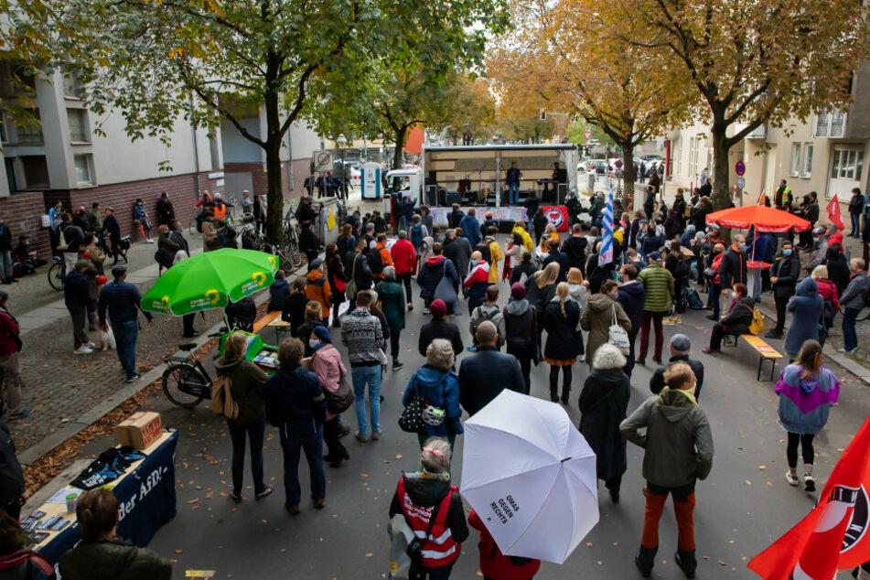Teilnehmer einer Kundgebung gegen den Vegan-Koch Attila Hildmann (39) haben sich nahe dessen Snackbar im Berliner Bezirk Charlottenburg-Wilmersdorf versammelt.