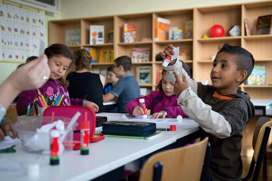 Flüchtlingskinder beim Lernen (hier in Heidenau).