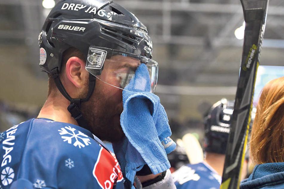 Matt Siddall hatte sprichwörtlich am Sonntag keinen Durchblick. Der Eislöwen-Stürmer spielte schwach und leistete sich eine dumme Strafe.