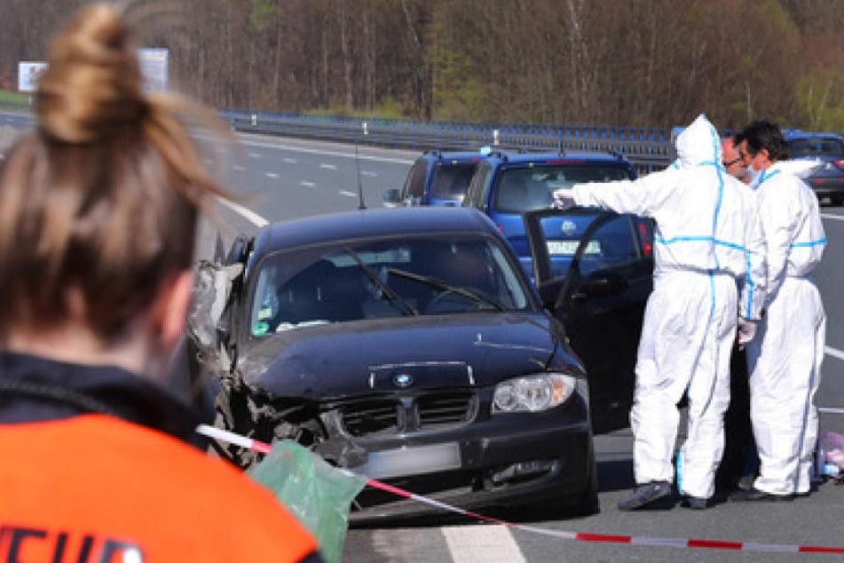 Die Spurensicherung sucht das Unfallfahrzeug komplett ab.