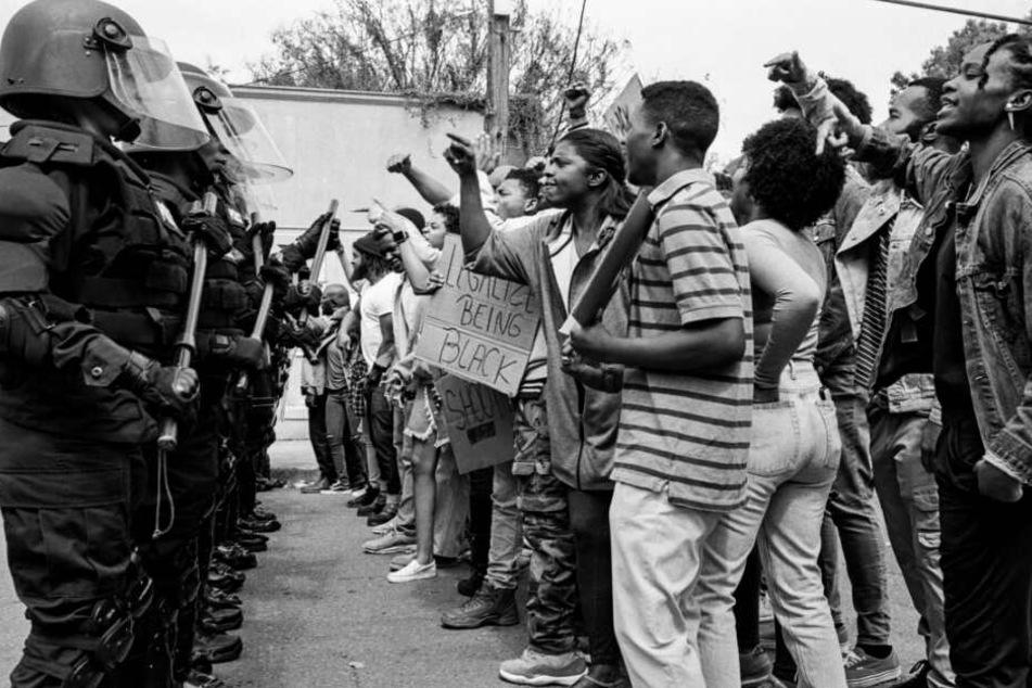 Die Unruhen und Proteste der Afroamerikaner gegen die Polizeigewalt nehmen nach dieser Tat zu.