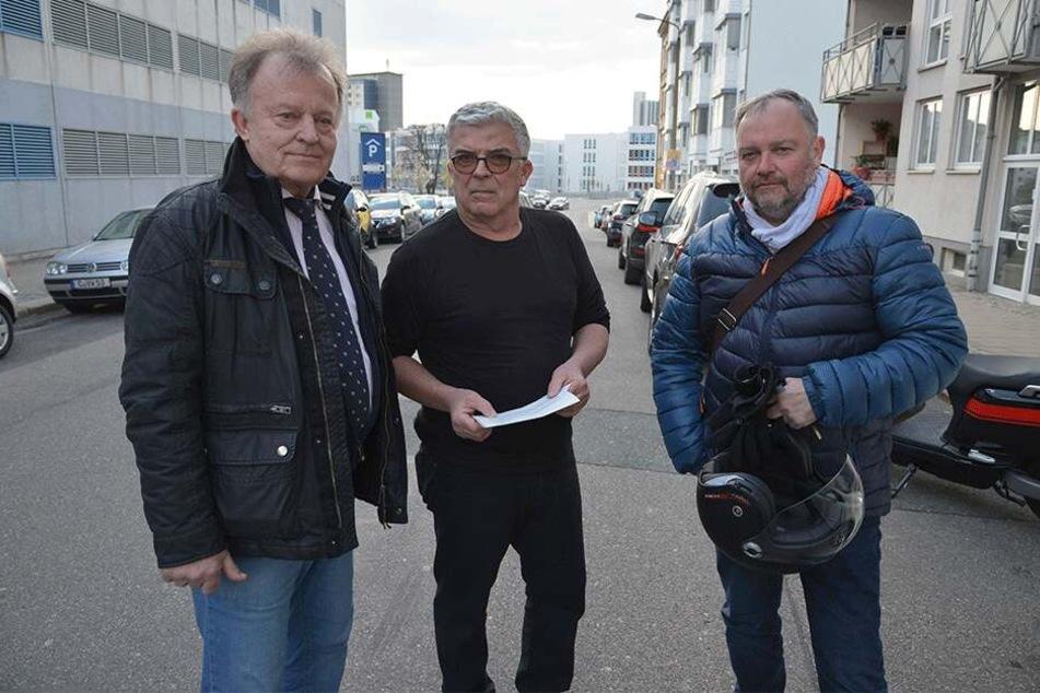 Protest gegen zugestellte Parkplätze in der Sonnenstraße: Curt Friedrich (70, v.l.), Jens Morgenstern (57) und Lutz Gläser (54).