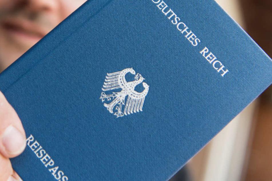 Reichsbürger-Razzia! Polizisten filzen sechs Wohnungen und werden fündig