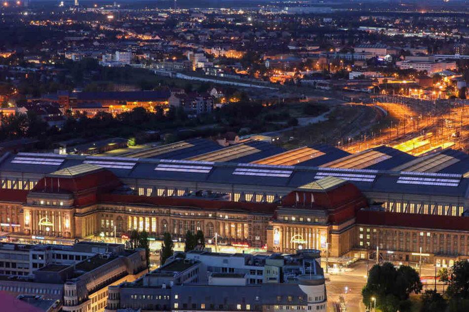 Am Leipziger Hauptbahnhof versammelten sich Samstagnacht rund 100 Menschen, um gegen den Krieg in Syrien zu protestieren. (Archivbild)